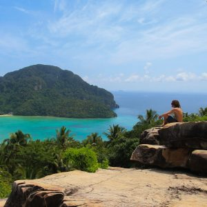 solo travel backpacker how to meet people tips